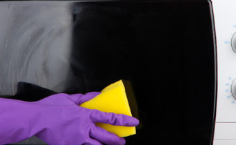 Почистить микроволновку губкой