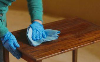 очищаем мебель от скотча