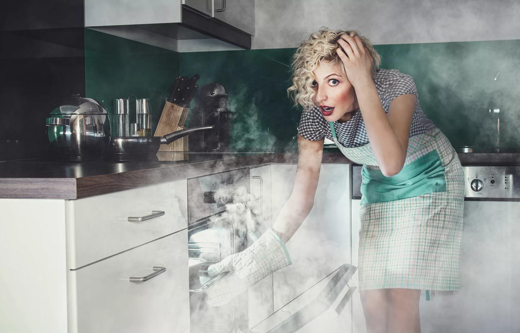 подгоревшая еда в духовке