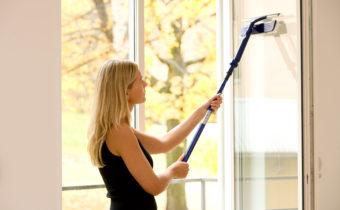мытье окна спеиальной щеткой