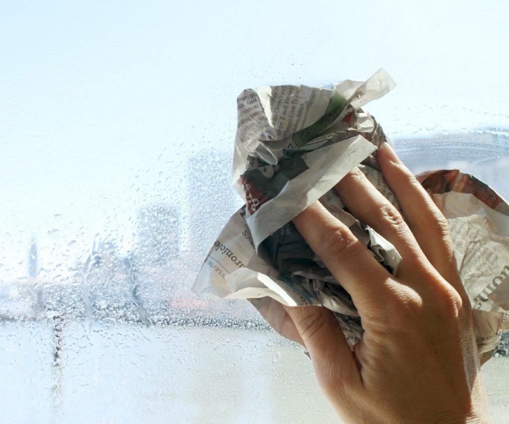мытье стекла газетой