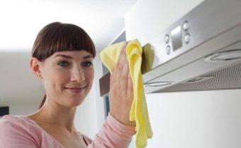 женщина моет вытяжку