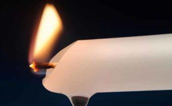 убираем пятно от свечи с одежды